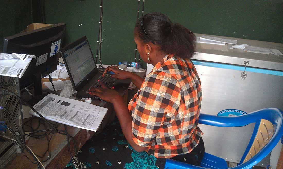 A data manager works on data entry into DHIS2 in the Kanzala Health Zone in the province of Kasai. (Photo by Carlos Nyembwe/IMA World Health)